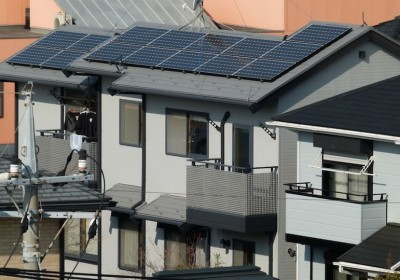 Napelemek egy japán háztetőn