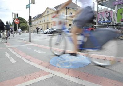 Radweg mit Radfahrer in Richtung Museumsquartier (7., Museumsplatz 1)