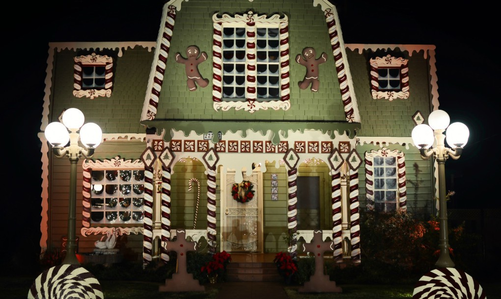 Gingerbread-House-Night-Christine-McConnell-1020x610