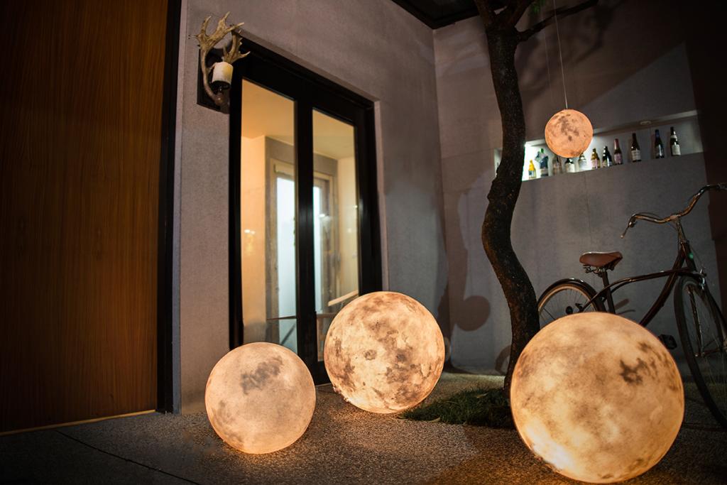 acorn-studio-luna-moon-lamp-2