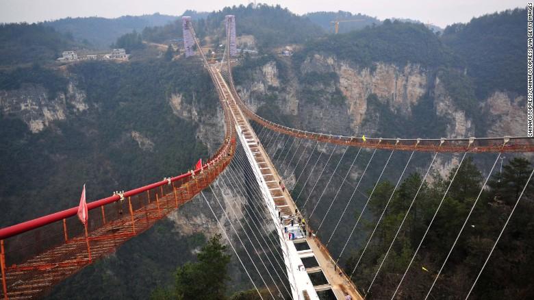 A világ leghosszabb függőhídja készül Kínában
