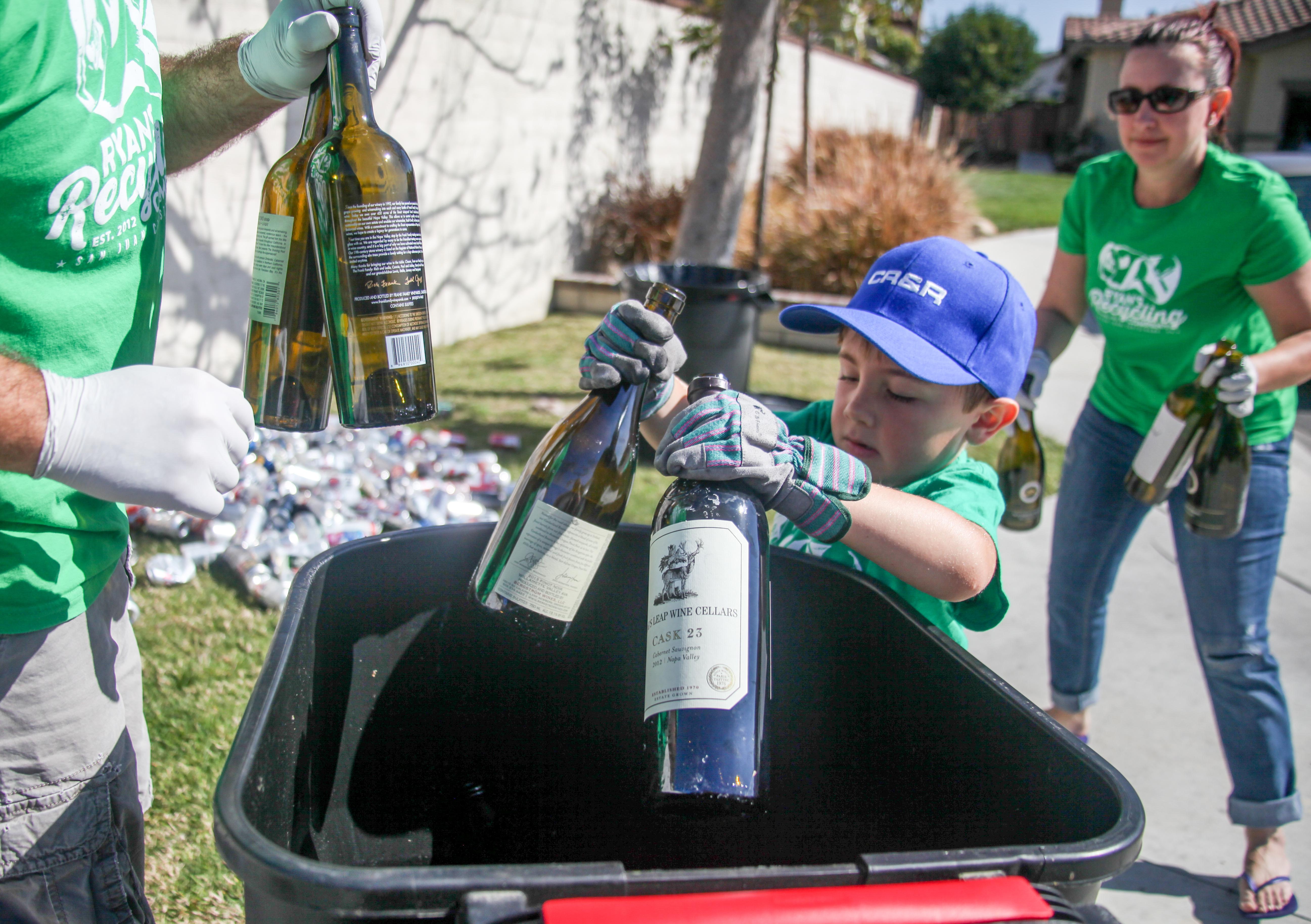 Egy 7 éves fiú rengeteg pénzt keres újrahasznosítással
