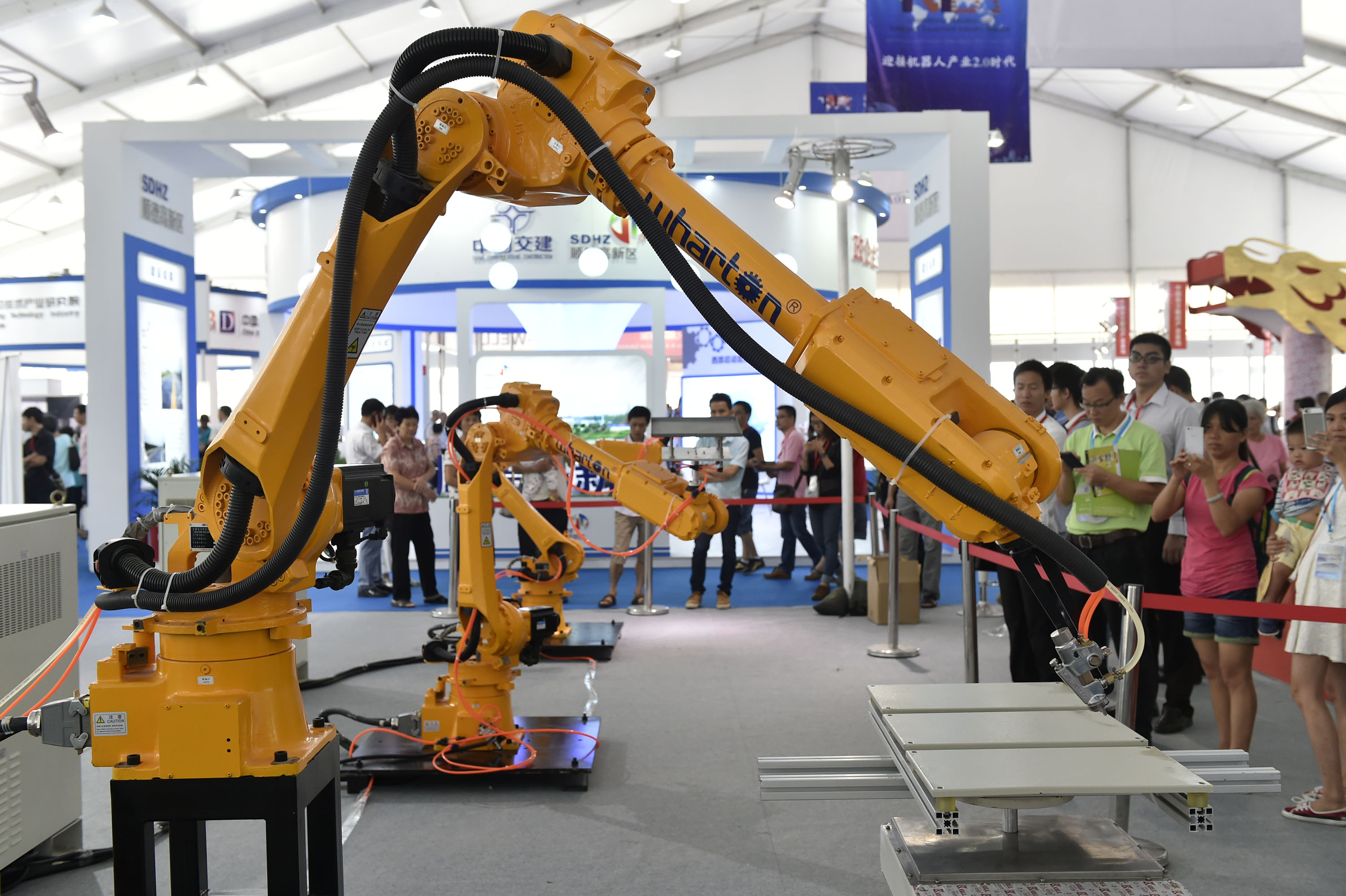 (150910) -- FOSHAN, Sept. 10, 2015 (Xinhua) -- Visitors watch an industrial robot operating at China International Internet Plus Exposition in Foshan, south China's Guangdong Province, Sept. 10, 2015. The three-day exposition kicked off here Thursday. (Xinhua/Liang Xu)(wjq)