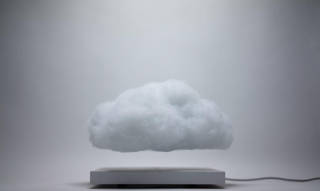 """Felhő formájú lámpa, ami lebeg és a zene ütemére """"villámlik"""""""