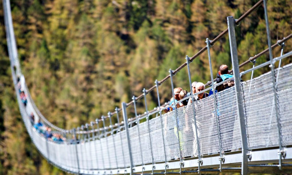 Átadták a leghosszabb gyalogos függőhidat Svájcban