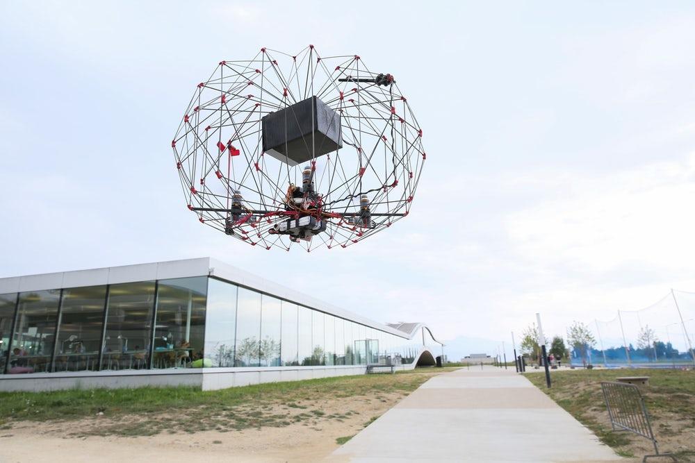 Egy ketreces drón, ami megvédi a gépet és a csomagot is
