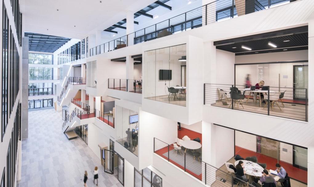 Napfényben úszik a frankfurti iskola új épülete