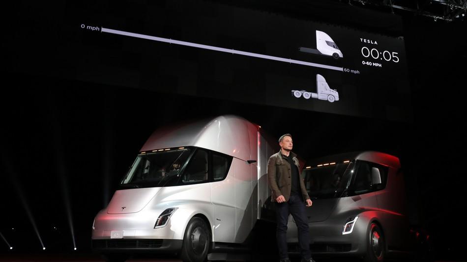 A Tesla bemutatta a teherautóját, és egy meglepetést is tartogattak