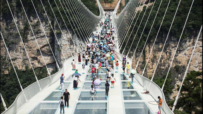 Alíz tükörországban: Kína felavatta a világ legnagyobb üveghídját