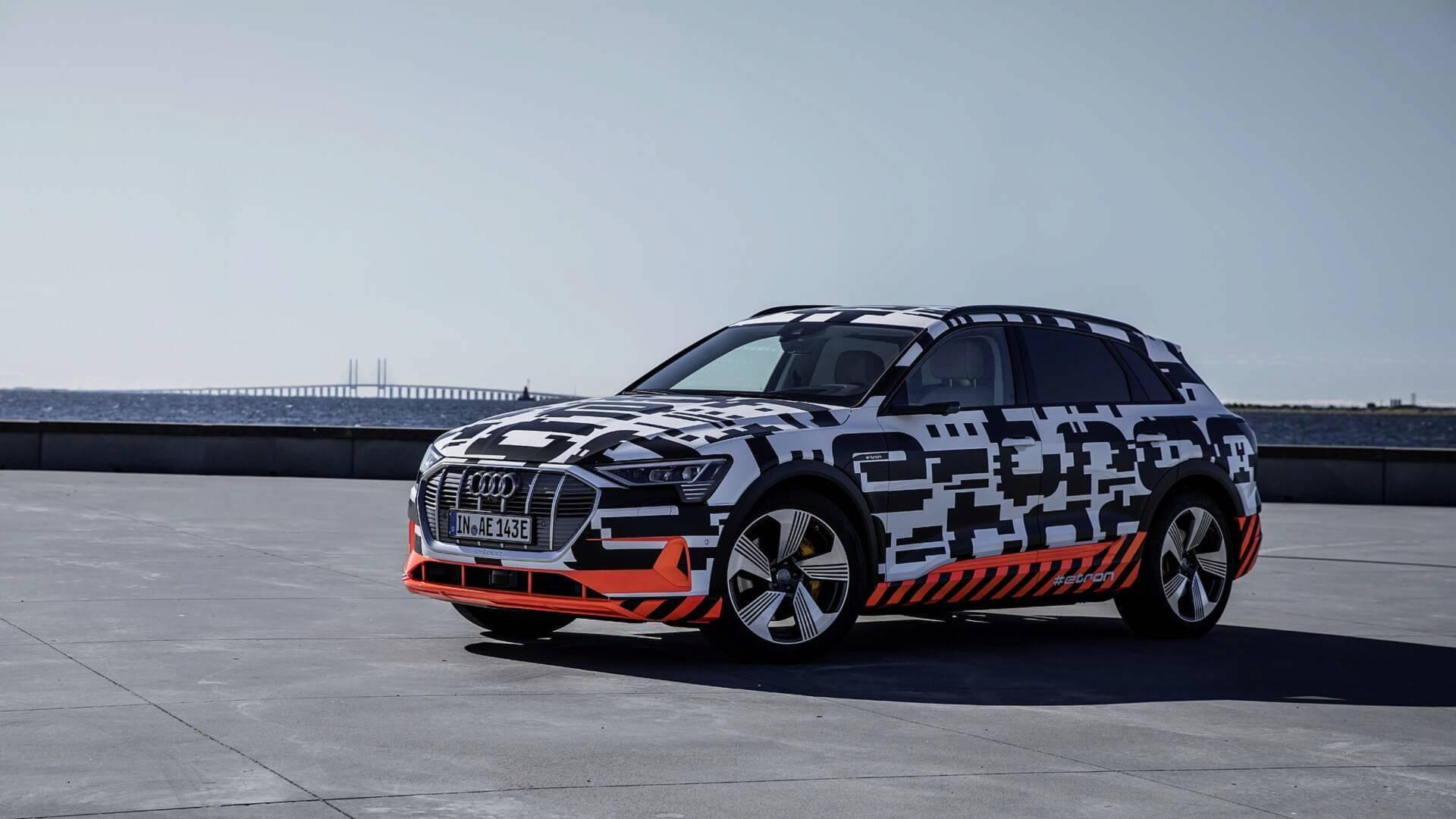 Hivatalos fotókon a bemutatás előtt álló Audi e-tron utastere