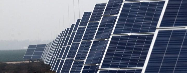 Felsőzsolca, 2018. november 23. Napelemek az MVM Hungarowind Kft. naperőművében az avatás napján, 2018. november 23-án. Magyarország legnagyobb naperőműve, amely évi 20,7 gigawatttóra áram termelésére képes, kilencmilliárd forintba került. MTI/Vajda János